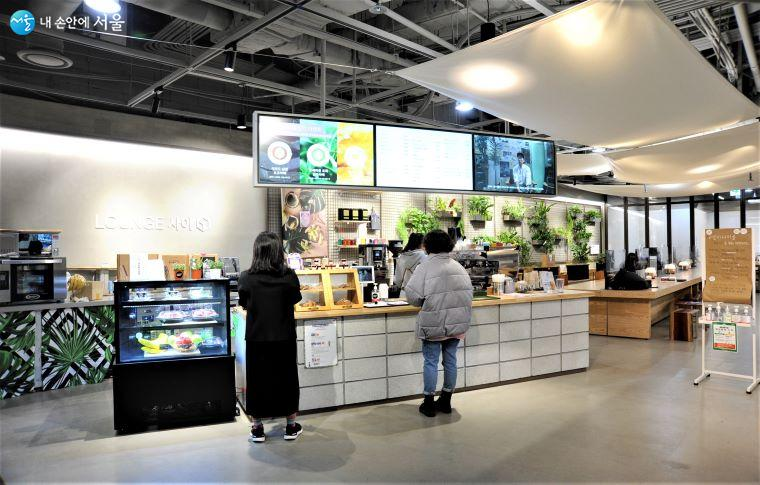 'LOUNGE 사이'에서는 지역 상품의 리브랜딩을 통해 선보이는 음료와 상품 및 도서 등을 구입할 수 있다 ⓒ조수봉