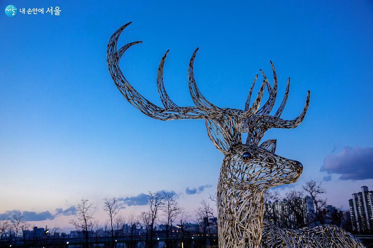 환경조각가 조영철 작가의 사슴 작품 중 하나로 멋진 뿔과 그 당당함이 방목중인 사슴들을 이끄는 리더처럼 보인다 ⓒ양인억