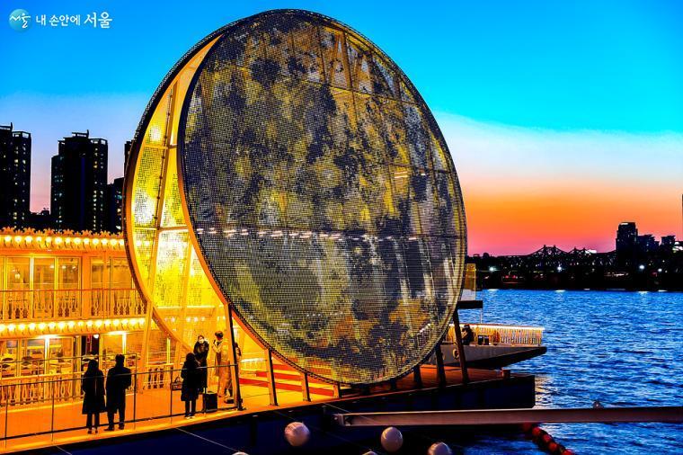 내부에서 수많은 불빛들이 발산되어, 달의 표면을 형상화 한 '달빛노들' 모습.