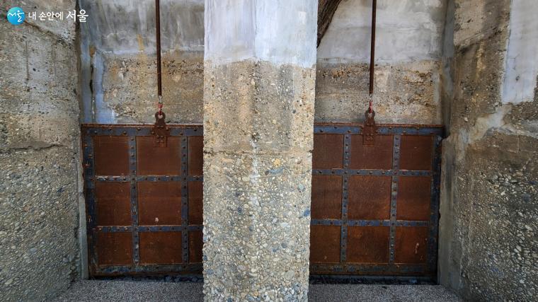 건물벽체에 물을 조절하기 위한 배수갑문 시설 흔적이 보인다.