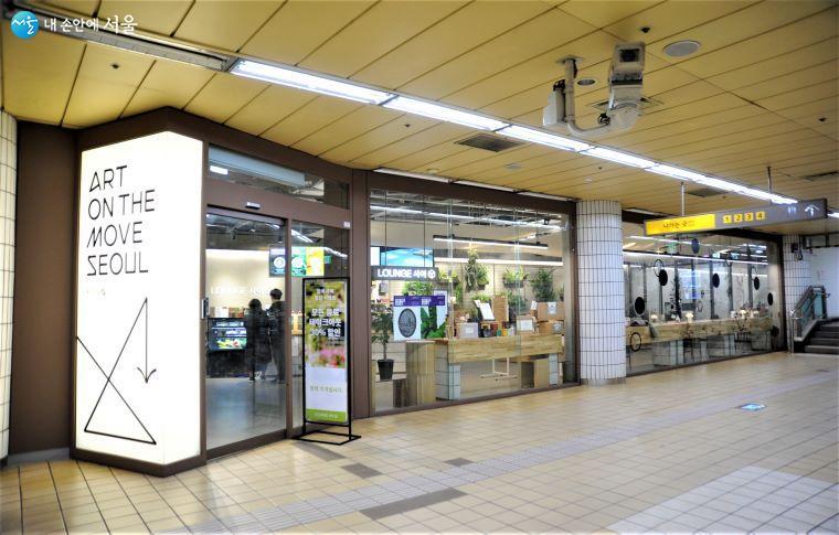 지하 2층에는 카페, 숍, 갤러리, 커뮤니티 공간의 기능을 함께 갖고 있는 'LOUNGE 사이'가 운영 중이다 ⓒ조수봉