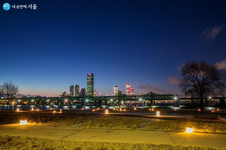 노들섬 서쪽 끝에서는 한강철교와 여의도의 고층 빌딩을 만날 수 있다 ⓒ양인억