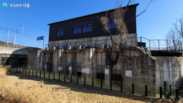 수문과 콘크리트 기단부로 이뤄진 벽체가 옛 모습 그대로 드러난 마곡문화관 건물 옆모습