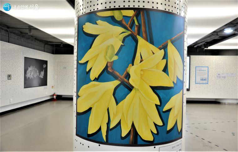 'MARKET 마당' 기둥에 전시된 임지민 작 「그해 봄」 ⓒ조수봉