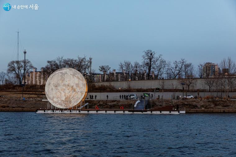 한강 노들섬에 방치돼 있던 선착장에 거대한 인공 달이 떴다. 점점 가까워지는 <달빛노들>을 유람선 안에서 바라본다 ⓒ이재연