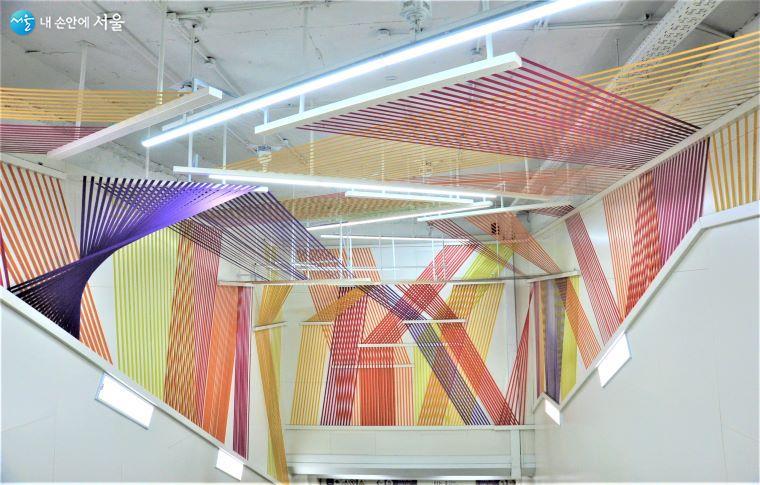 디렉터 유재헌 작 「Vivid Street」는 두 개 층 부분으로 구성되었다 ⓒ조수봉