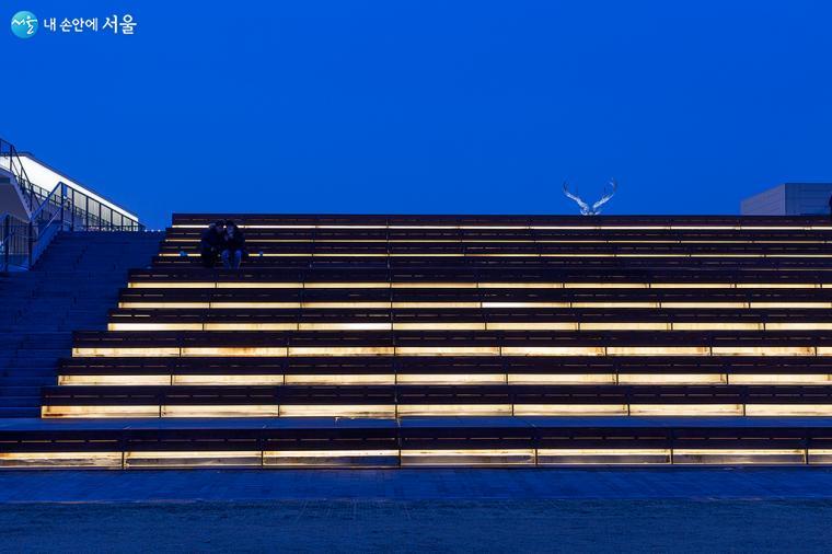 파란 하늘 배경에 잔디마당의 스탠드 고정석이 또 하나의 작품이 된다 ⓒ문청야