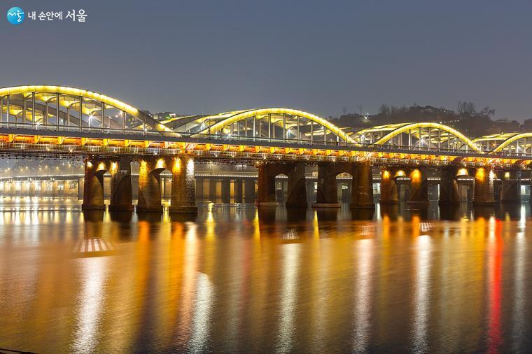 달빛노들 앞에서 바라본 한강철교, 불빛이 한강에 반사되어 멋지다 ⓒ문청야