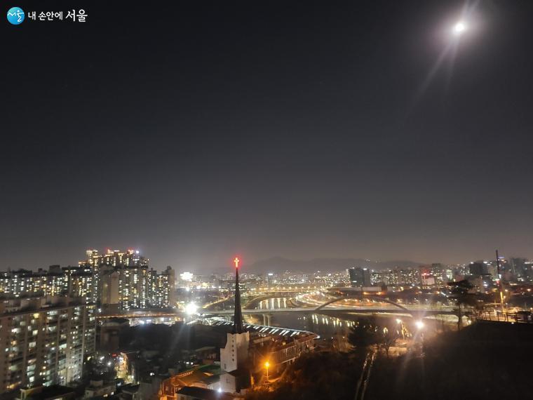 용봉산공원에 오르면 낮과는 또 다른 서울시내 구석구석을 조망할 수 있다.
