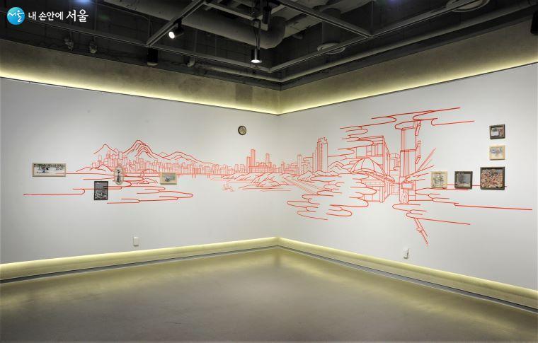 'LOUNGE 사이' 갤러리에서는 작가 김보민의 《다음 역은 사이 숲》 테마의 벽화 작품이 전시 중이다 ⓒ조수봉