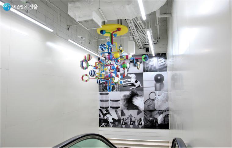 지하 2·3층 연결 에스컬레이터 공간 천장을 장식한 작가 빠키의 「움직이는 원형들」 ⓒ조수봉