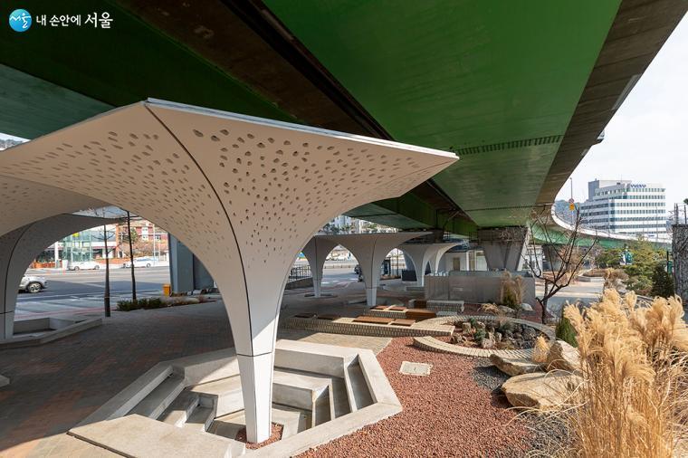 계단식 공터에 나팔꽃 모양의 차양 구조물(지름 6m, 높이 4m) 9개를 꽃밭처럼 꾸몄다ⓒ문청야