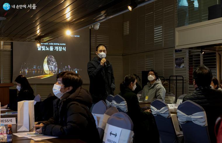 23일 뜻깊은 배맞이 행사를 맞이하여 설명하고 있다. 지난 1월부터 시민들에게 선보이고 있는 <달빛노들> 공간을 정월대보름에 정식 개방한다. ⓒ이재연
