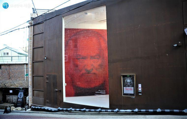 예술통에서 삼일대로로 오르는 길의 여섯 번째 스트리트 뮤지엄 '사변삼각', 6m의 높은 천장과 큰 창에서 대형 작품을 감상할 수 있다. 작가 강형구의 「자화상」이 전시 중이다 ⓒ조수봉