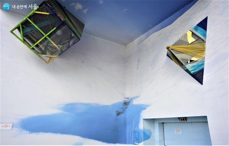 한성필, 정다운 작가의 작품으로 예술통에서는 건물의 빈 공간에서도 미술 작품을 만날 수 있다 ⓒ조수봉