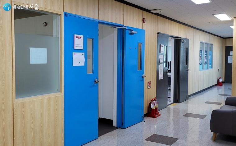 교육실 파란 문이 인상적이다.