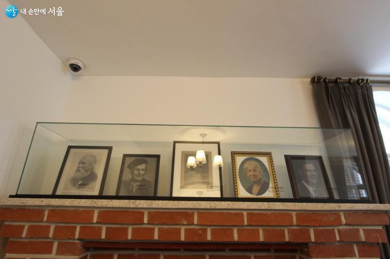 딜쿠샤 1층에 전시된 앨버트 테일러의 가족사진