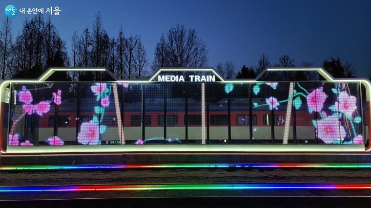 투명한 유리로 된 미디어트레인은 뒤쪽에 자리한 무궁화호 열차가 멋진 배경이 되어준다.