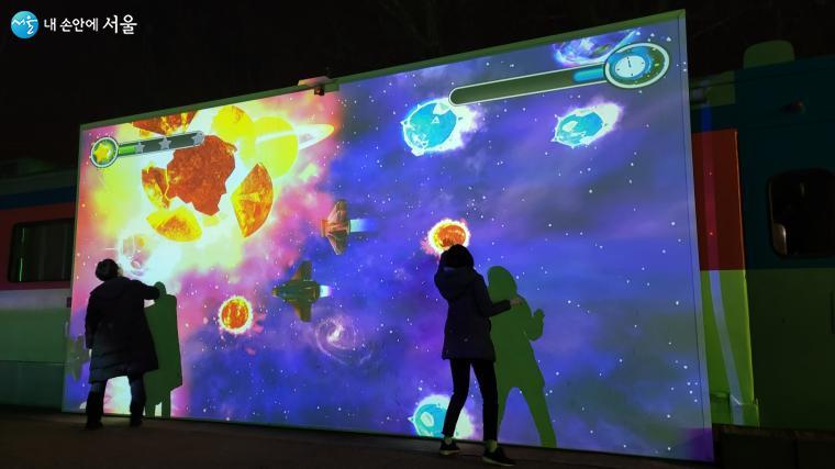 노원불빛정원에서 애니메이션 게임을 즐기는 시민들