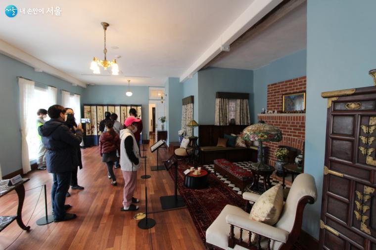 2층 응접실의 전경으로 동·서양의 특별한 물품들의 조화가 흥미롭다.