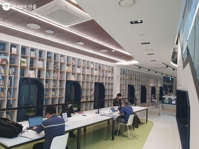 공간 활용을 통해 아늑함을 조성하는  글빛도서관의 공간