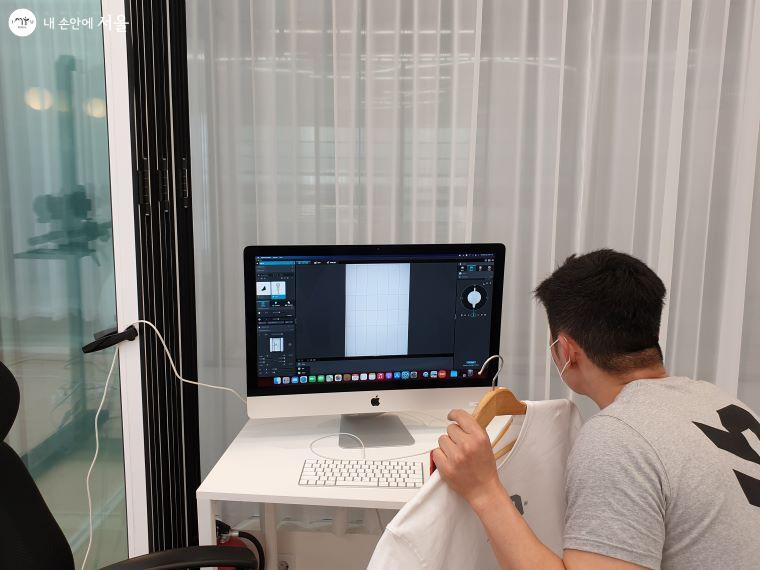 360도 3D 입체 촬영한 후 컴퓨터에서 촬영물을 확인하고 있다.