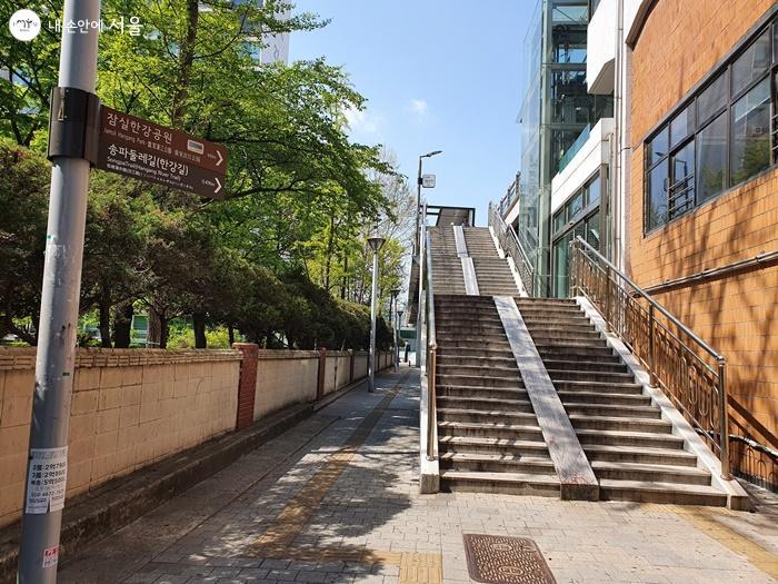 잠실나루역 4번출구에서 보이는 계단아래로 가면 서울책보고가 보인다.