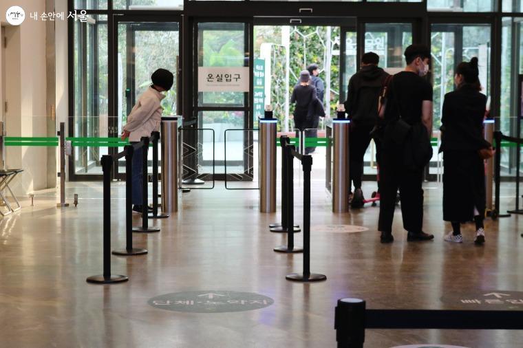 서울식물원 온실. 시민들이 사회적 거리두기와 방역수칙을 잘 지키며 입장하고 있다.
