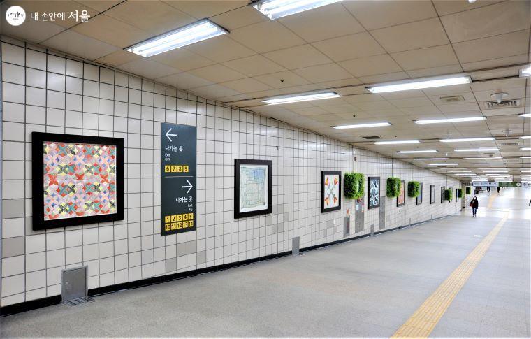 청담역 삼성로 방향 출입구 쪽 벽은 미술 작품 전시관으로 활용하여 걷는 동안 작품 감상을 할 수 있다 ⓒ조수봉