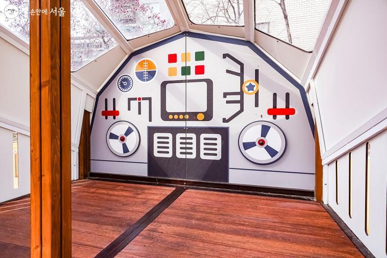 비행기 조종실이 떠오르는 놀이시설 내부 모습. ⓒ박우영