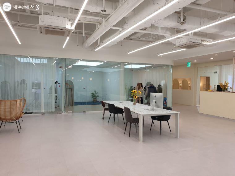 서울시 브이커머스 스튜디오 로비의 모습