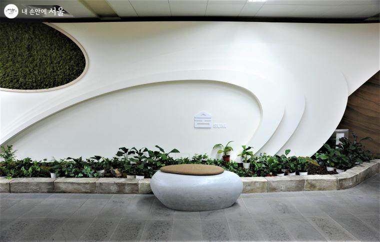 '미세먼지 FREE ZONE'의 네 구역 중, '숨' 구간의 화단과 휴식용 의자. '숨' 구간은 '신선한 바람과 향기로운 허브향이 흐르는 곳'으로 콘셉트를 구성했다 ⓒ조수봉