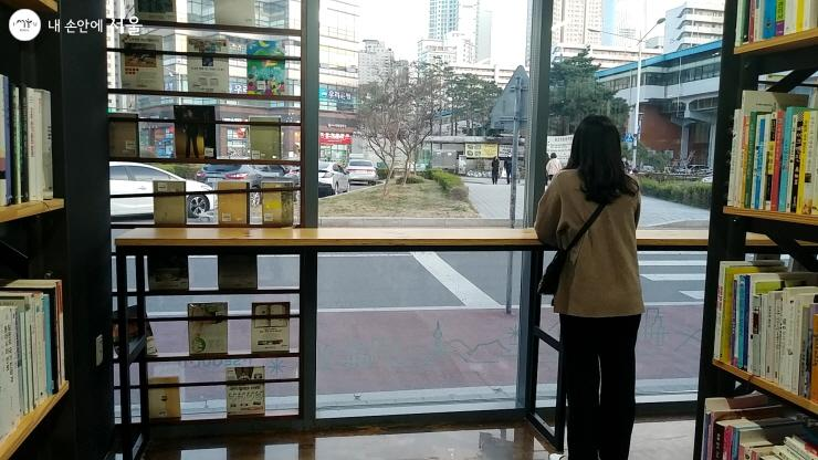 조용히 생각을 정리하기에 좋은 서울책보고 내부 창가