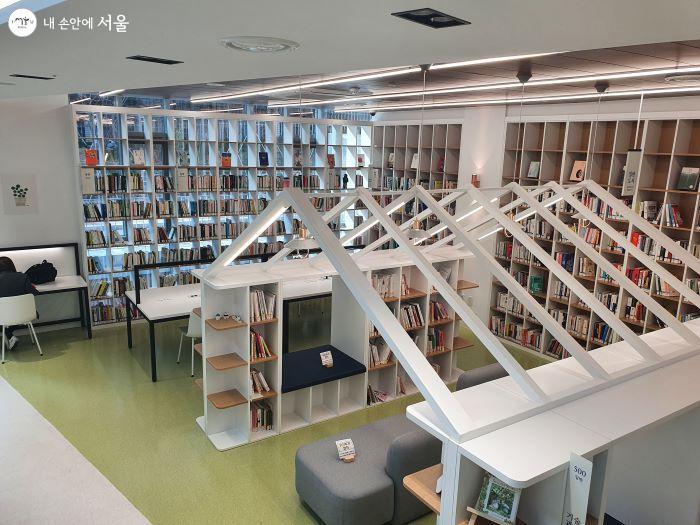 색다르게 디자인된 도서관 내부의 공간들