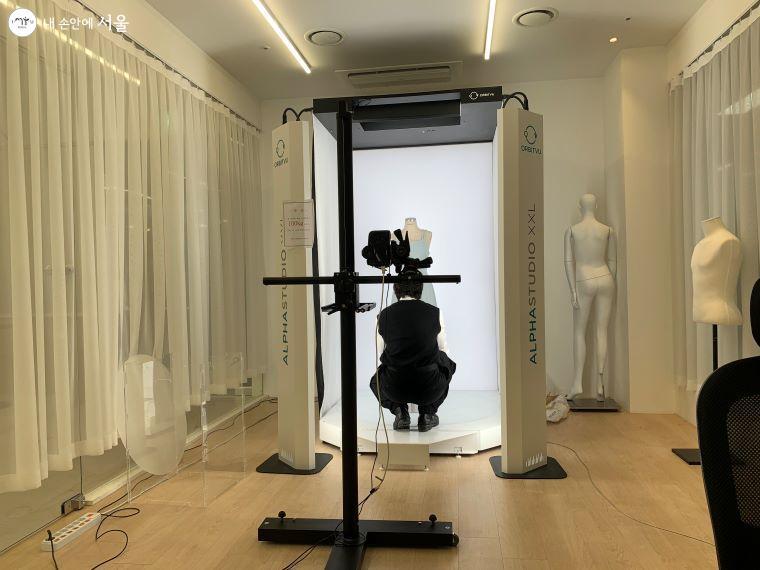 한 패션업체가 360도 3D로 입체 촬영을 시작하기 전 준비 중이다.