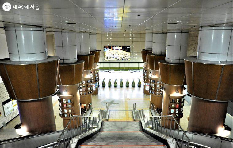 지하 1층에서 지하철 개찰구로 연결되는 공간에는 역사 기둥을 이용한 책 전시 공간을 만들어 웅장한 볼거리를 제공한다 ⓒ조수봉