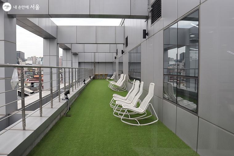 탁 트인 외부 테라스에도 앉아서 쉴 수 있는 휴식 공간이 마련돼 있다.