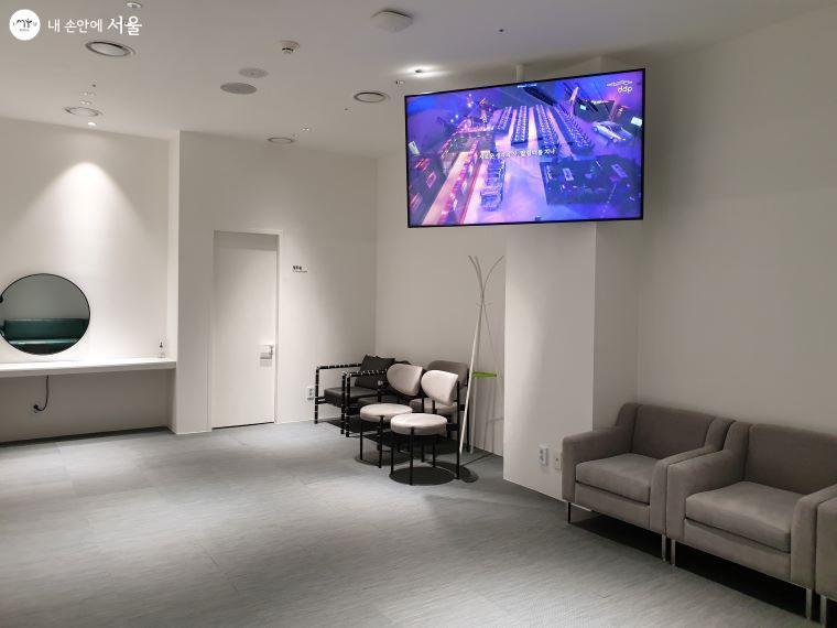대기실에서도 행사장 모습을 실시간 시청할 수 있다.