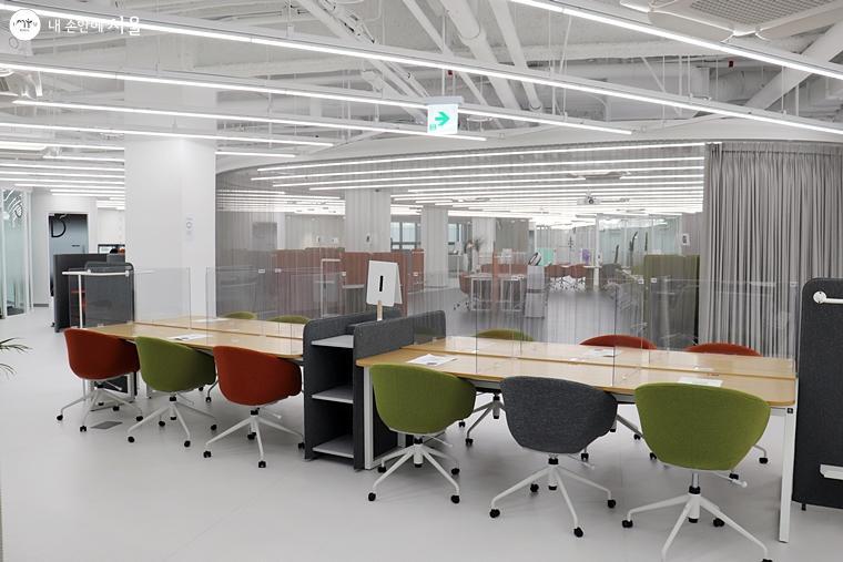 워크라운지는 88석의 다양한 좌석형태가 마련된 개방형 업무공간이다.