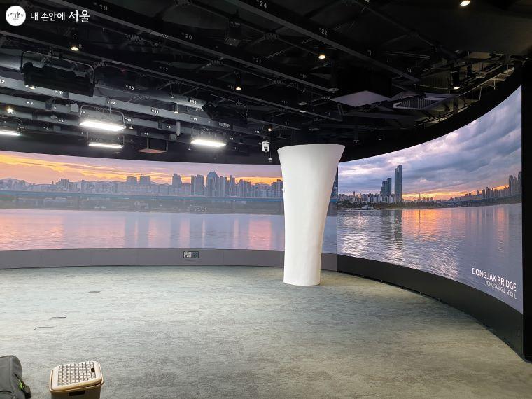 화상 스튜디오에는 3면이 곡면형으로 된 초대형 LED 디스플레이가 설치되어 있다.
