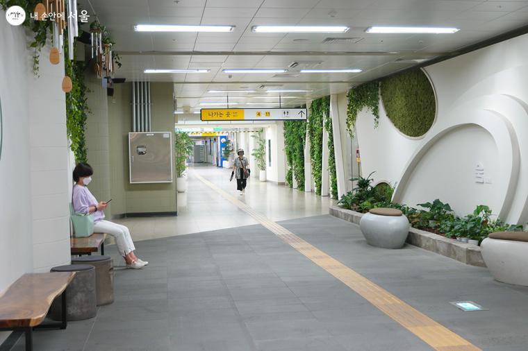 지하철역 한복판에서 자연의 청정함을 느껴보자 ⓒ문청야