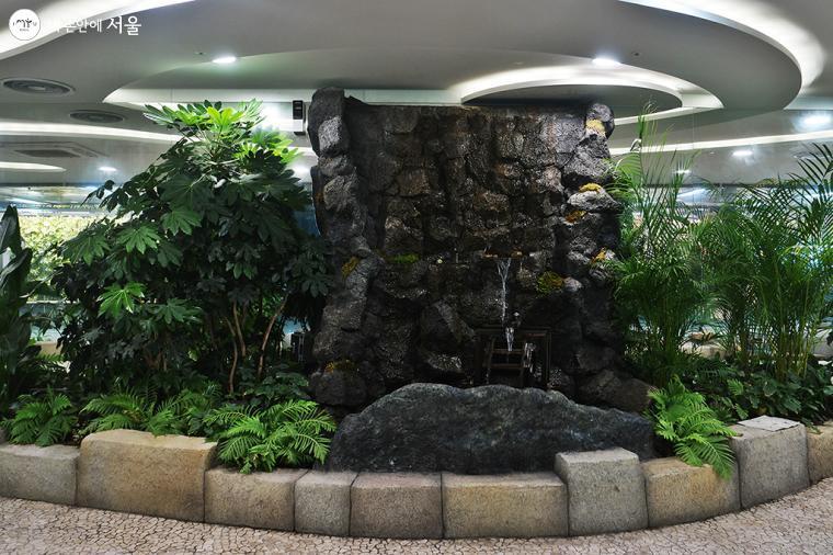 나무와 풀 같은 식물과 폭포 등을 함께 설치해 놓아 인위적인 공간이기는 하지만 쾌적한 느낌이 들었다 ⓒ문청야