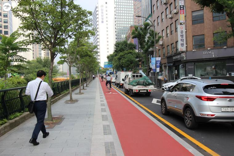 청계천 자전거도로에서 걷거나 달리는 시민들도 있다.