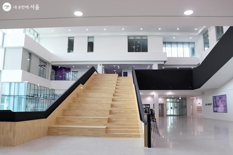 서울창업허브 창동 내 2층으로 올라가는 계단