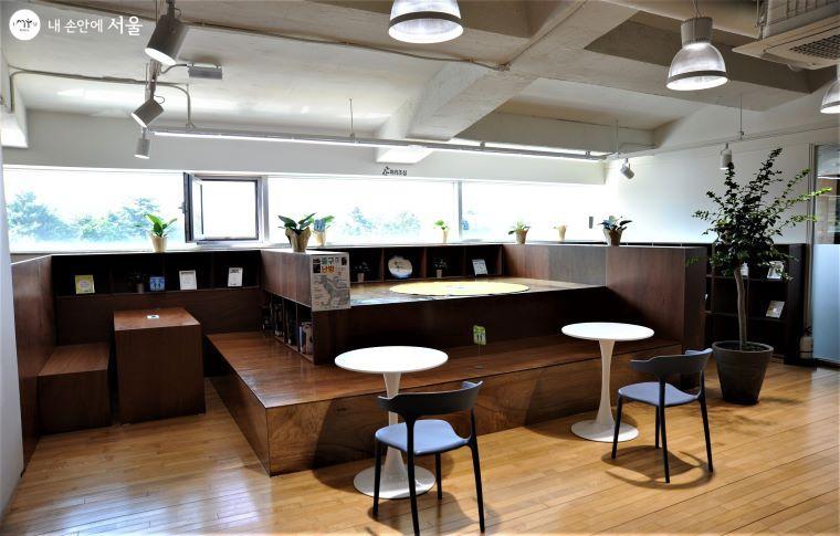 3층 '청소년자료실' 한쪽에는 다락방 형식의 독서 공간을 마련하였다 ⓒ조수봉