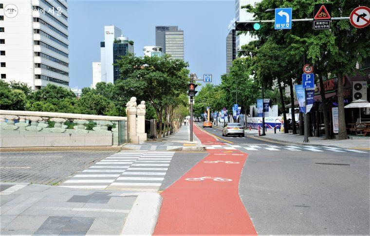 자전거 전용도로가 차도와 평행으로 운영되므로 자전거 전용도로 이용 시 반드시 교통신호를 지켜야 한다.