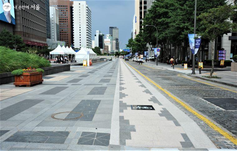 청계천 자전거 전용도로의 하행 구간 시발점인 청계광장. 좌측부터 보행로, 자전거 전용도로, 차도로 구분된다.