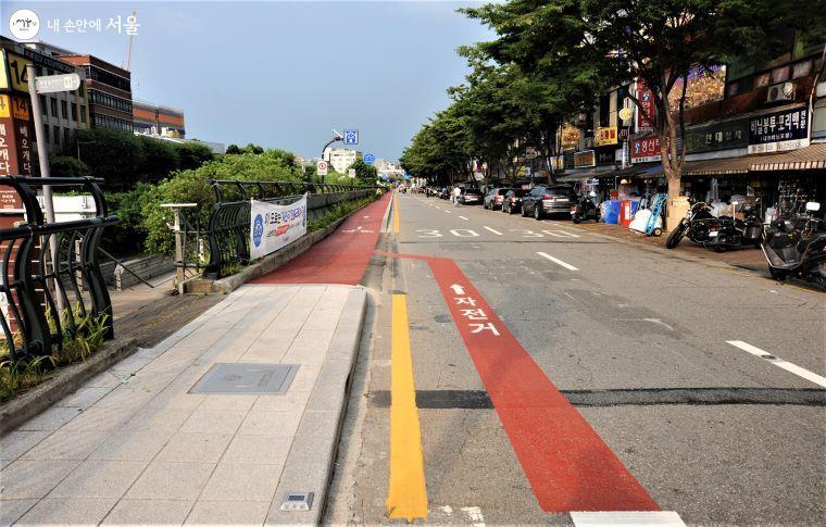 차도에서 유도선을 따라 진입하면 자연스레 자전거 전용도로로 들어설 수 있다.