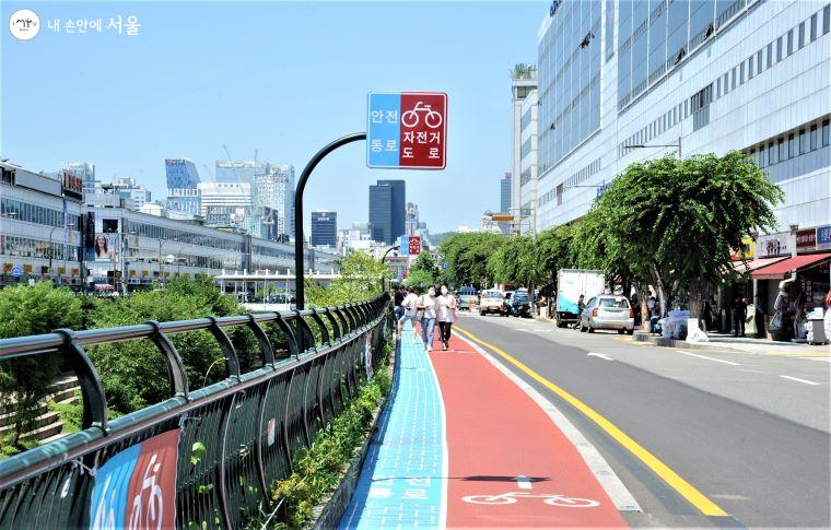 보행로는 하늘색 '안전통로', 자전거 전용도로는 암적색 '자전거 도로'로 구분했다.