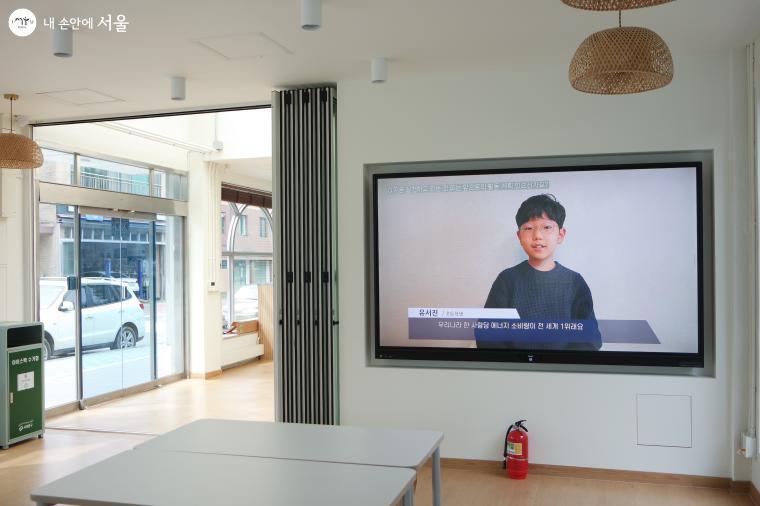 벽면에 설치된 모니터에선 기후 위기와 관련된 영상이 재생되고 있다.